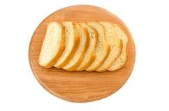 Длинный хлебец на деревянной доске на белой предпосылке стоковая фотография rf