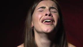 Длинн-с волосами женщина с вахтой на ее руке стоит и плачет сток-видео