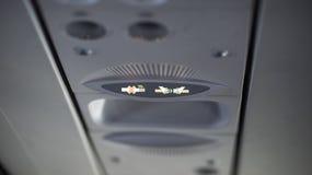 Для некурящих и прикрепите ремень безопасности подпишите внутри самолет стоковые фото