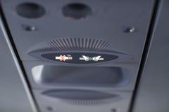 Для некурящих и прикрепите ремень безопасности подпишите внутри самолет стоковое фото