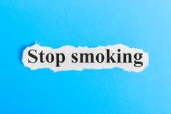 Для некурящих текст на бумаге Слово для некурящих на куске бумаги текст остальных изображения figurine принципиальной схемы com п Стоковое Фото