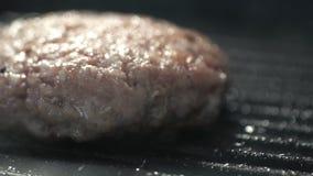 Для подготовки бургера, сырцовая котлета семенить мяса тщательно зажарена на горячем гриле акции видеоматериалы