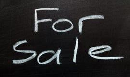 Для продажи знак, изолированный на черноте Стоковая Фотография