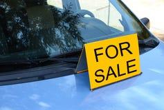 ДЛЯ ПРОДАЖИ подпишите на автомобильном надувательстве концепцию автомобиля стоковые фотографии rf