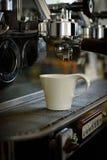 Для совершенно заваренной чашки эспрессо Небольшая чашка для служения напитков кофе или эспрессо белизна кофейной чашки Кофе нерж стоковые изображения rf