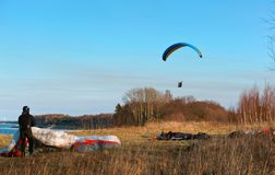 Для того чтобы лететь на параплан, быть приниманнсяыми за спорт на параплане мотора, парапланы любящий полетов Стоковая Фотография RF