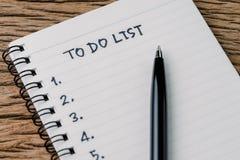 Для того чтобы сделать концепцию списка, пишите на блокноте белой бумаги с рукописным Стоковая Фотография RF
