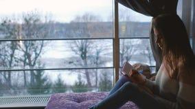 Дневника отдыха девушки времяпровождение домашнего бесполезное делает примечания Стоковое фото RF