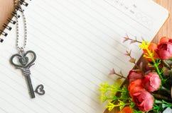 Дневник влюбленности и ожерелье ключа формы сердца Стоковая Фотография RF