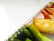 Дневник или тетрадь помещенные на любой поверхностной красочной крышке зажима доски сзажимом для бумаги дневника прикрепили к стр стоковая фотография rf