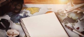 Дневник самолетом камеры и игрушки на карте Стоковое Изображение