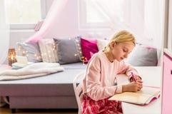 Дневник сочинительства маленькой девочки стоковая фотография