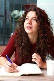 Дневник сочинительства молодой женщины на кафе Стоковое Изображение RF
