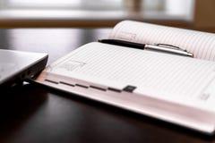Дневник с ручкой на настольном компьютере Стоковые Изображения
