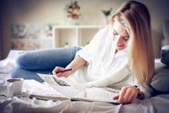 Дневник чтения женщины в кровати, Стоковые Изображения RF