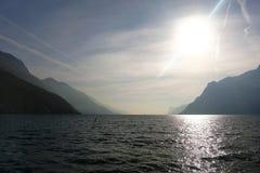 Дневной свет контраста, холодная вода, горы Стоковая Фотография