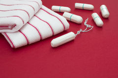 Дни женщины критические, гинекологический цикл менструации, период крови Полотенца ванны Терри красные и хлопок t менструации сан стоковые фото