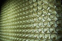 Дно бутылок при шампанское выходя в перспективу стоковое изображение