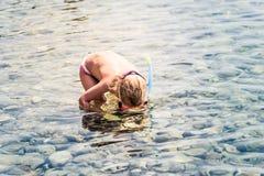 Дно девушки исследуя моря Стоковые Фото