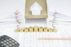 Дно карандаша имеет дом на конверте между обработкой документов Стоковые Изображения RF