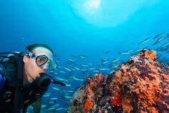 Дно моря водолаза акваланга молодого человека исследуя Стоковая Фотография RF
