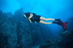Дно моря водолаза акваланга молодой женщины исследуя Стоковое Изображение