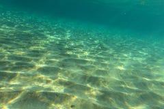 Дно моря около песчаного пляжа, солнца освещает на песке стоковые фотографии rf