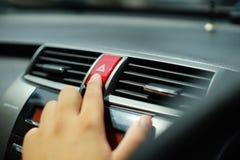 Дно нажима человека непредвиденное в автомобиле Стоковая Фотография