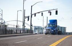 Дня кабины сини трактор тележки semi идя городской улицей города Стоковое Изображение