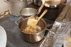 добавлять гайки тарелки шеф-повара земные Стоковая Фотография RF