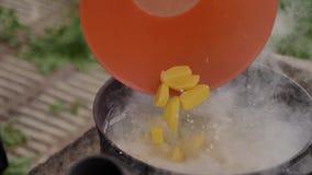 Добавляющ, что части картошки удили суп, на поверхности пены воды и обильного пара акции видеоматериалы