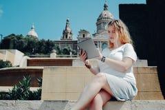 Добавочная девушка модели размера работая на цифровой таблетке стоковые фотографии rf