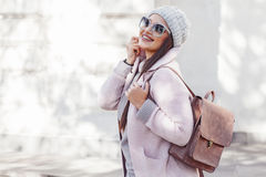 Добавочная модель размера в розовом пальто стоковое изображение