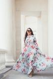 Добавочная модель размера в флористическом платье Стоковая Фотография RF