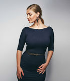 Добавочная молодая женщина размера представляя уверенно Стоковое Фото