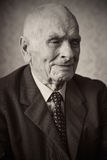 Добавочный годовалый старший человек красивые 80 представляя для портрета в его доме Стоковое Изображение