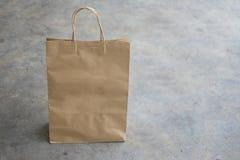 добавьте логос конструкции коричневого цвета мешка сделанный иметь ходить по магазинам рециркулированный бумагой ваш Стоковые Фото