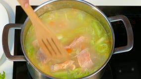 Добавлять рыб к супу сток-видео