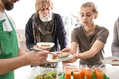 Добровольная давая еда к бедным человекам стоковые изображения rf