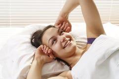 доброе утро девушки вверх просыпает Стоковые Изображения