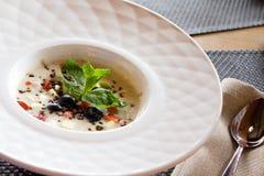 доброе утро, завтрак и здоровая концепция еды - вкусная овсяная каша с клубниками, листья мяты, голубики и шоколад в whit стоковые фото