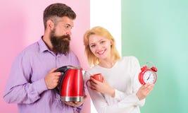 Доброе утро траты совместно Электрический чайник кипит воду очень быстро Подготовьте любимое питье в минутах самомоднейше стоковые изображения