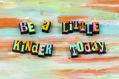 Добросердечная доброта сегодня помочь цитате letterpress доброты дружелюбной стоковая фотография rf