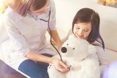 Добросердечное давление медицинского работника измеряя Стоковая Фотография