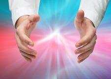 Добросердечное достижение рук открытое против абстрактной предпосылки Стоковое Изображение RF