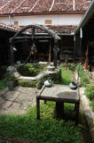 добро колониальной дома двора старое Стоковые Фотографии RF