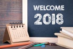 Добро пожаловать 2018 бумажные календарь и доска на деревянном столе Стоковое Фото