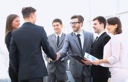 Добро пожаловать и рукопожатие деловых партнеров на брифинге Стоковое Фото