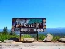 Добро пожаловать к знаку города Oakhurst стоковые фото