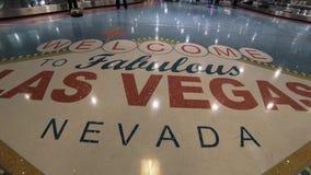 Добро пожаловать к знаку Лас-Вегас на поле международного аэропорта McCarran - США 2017 сток-видео